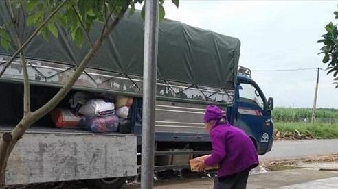 'Cay khóe mắt' hình ảnh cụ bà 92 tuổi bê thùng mỳ để ủng hộ đồng bào miền Trung