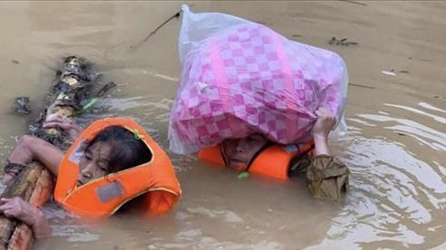 Chùm ảnh: Người dân vùng rốn lũ Quảng Bình chới với giữa cơn 'đại hồng thuỷ'