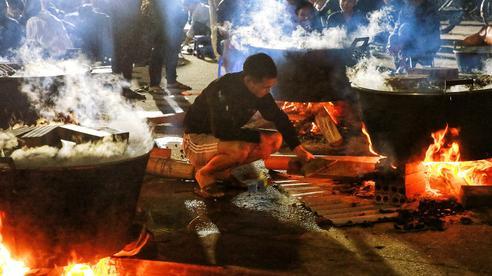 Trắng đêm nổi lửa vì miền Trung ruột thịt: Cả xã huy động tất cả những chiếc nồi lớn nhất vùng, không ngủ nấu hàng nghìn đòn bánh chưng mang lên chuyến xe cứu trợ 'thần tốc'!