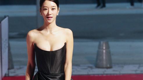 Thảm đỏ 'nóng' nhất hôm nay: 'Điên nữ' Seo Ye Ji bức tử vòng 1 như sắp tràn, đè bẹp tài tử Lee Byung Hun và dàn sao Ký Sinh Trùng