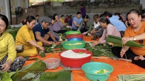 Người dân Khánh Hòa lên nghĩa trang đồng nhi trắng đêm gói hàng nghìn đòn bánh tét cứu trợ vùng lũ