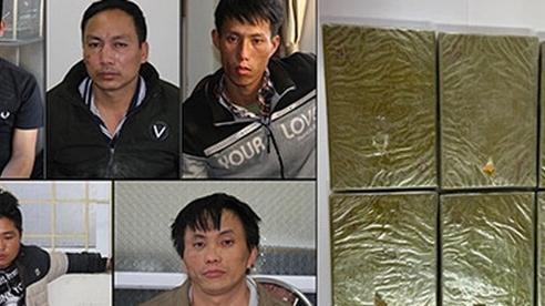 Băng nhóm vận chuyển 6 bánh heroin lao thẳng xe vào công an