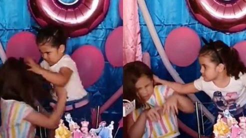 4 chiếc bánh sinh nhật bị 'dính lời nguyền' nhất MXH: Cặp chị em tranh nhau thổi nến vẫn chưa buồn cười bằng khoảnh khắc này!