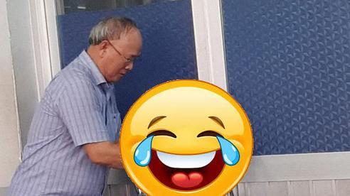 Vừa vào tiết học bỗng nhiên thầy giáo cầm chiếc ghế đi ra cửa, ai cũng tròn mắt ngạc nhiên rồi bái phục thầy quá 'cao thủ'