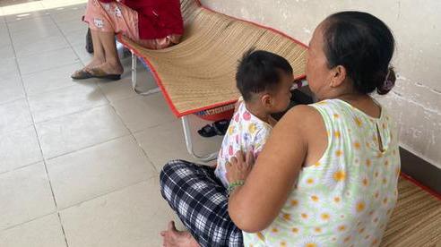 Đau xót lời kể bà ngoại bé gái 3 tuổi nghi bị mẹ đẻ bạo hành chấn thương sọ não: Bị đánh vì để phân dính vào dép?