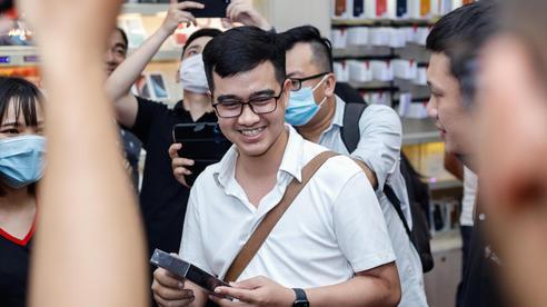 iPhone 12 chính hãng tạo 'cơn sốt' ngay trong đêm mở bán, hàng trăm khách hàng xếp hàng dài chờ được 'đập hộp'