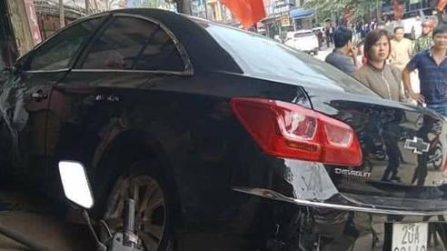 Thái Nguyên: Ô tô con phóng nhanh, tông người đi xe máy văng lên mái nhà, 2 người tử vong