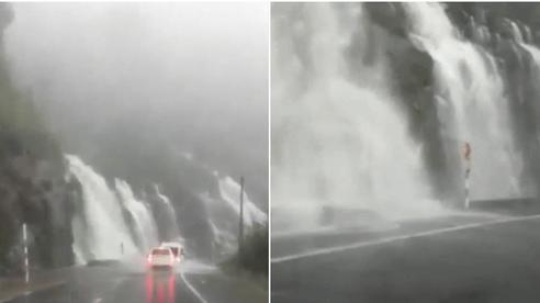 Clip: Kinh hãi cảnh nước dội xuống từ vách núi bên đèo Khánh Lê, rầm rầm như thác đổ