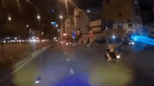 CLIP: Bất ngờ vít ga khiến con ngã lộn nhào xuống đường, ông bố phóng xe chạy thẳng không hề biết