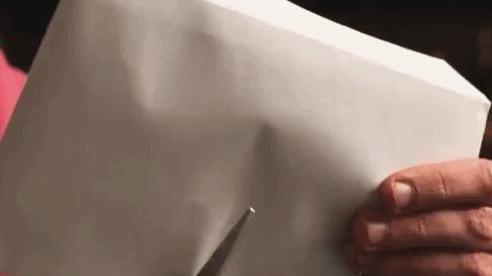 Mẹo hay trong tầm tay: Lấy kéo cắt đôi phong bì, tờ tiền bên trong không đứt