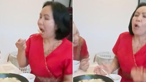 Người phụ nữ Thái Lan vì miếng ăn ngon mà bất chấp luôn việc… bị bỏng lưỡi, biểu cảm sau đó mới khiến dân mạng chết cười