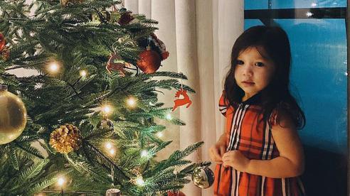 Cả gia đình siêu mẫu Hà Anh đón Noel sớm, nhìn thần thái của bé Myla, fan yêu quý nhận xét 'công chúa nhỏ' lớn thật rồi!