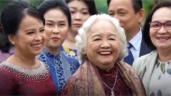 Cận cảnh nhan sắc mẹ cô dâu Viên Minh: trang phục giản dị nhưng thần thái cực kỳ sang trọng