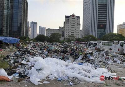 'Núi rác thải' được tập kết trênkhu đất trống bên đường Phạm Văn Bạch.