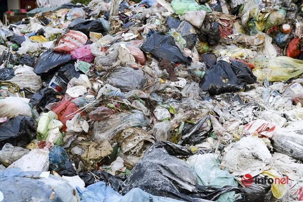 Thời tiết nắng nóng khiến rác thải phân hủy nhanh, bốc mùi hôi thối.