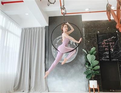 'Nếu em rơi có ai tình nguyện đỡ không nhỉ', diễn viên Quỳnh Nga khoe dáng cực chuẩn do chăm chỉ luyện tập thể dục thể thao.
