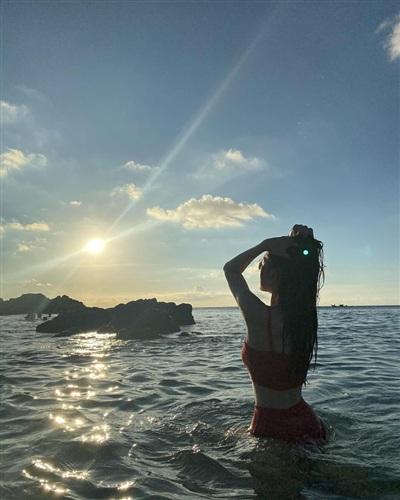 Á hậu Phương Nga đăng ảnh bikini dưới biển. Cô tưởng tượng mình là nàng tiên cá đang tìm đường về nhà.