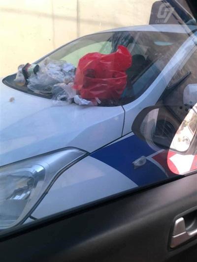 Trên nắp capo của xe chứa đầy túi rác.