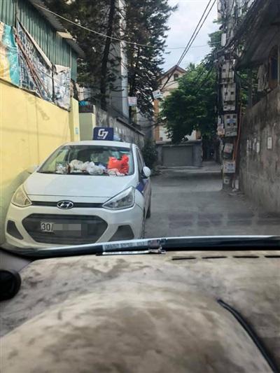 Chiếc xe đỗ gây nhiều phiền toái cho mọi người dân xung quanh.