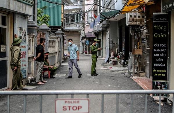 Cơ quan chức năng của TP Hà Nội tiến hành phong tỏa khu vực ngõ 230/26 Mễ Trì Thượng (phường Mễ Trì, quận Nam Từ Liêm, TP Hà Nội), nơi ở của trường hợp nghi mắc Covid-19.