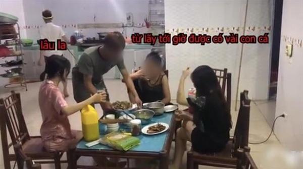 Ba người phụ nữ thảnh thơi đợi đồ ăn.