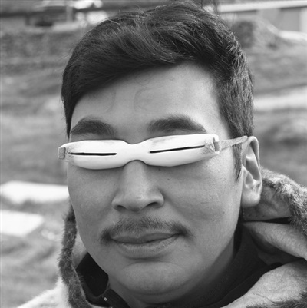 Kính nắng có từ 2000 năm trước, chủ yếu được người Inuit và Yupik ở Bắc Cực sử dụng để ngăn ngừa tuyết và sương mù. Chúng được làm từ cây vân sam, xương và đôi khi là ngà voi