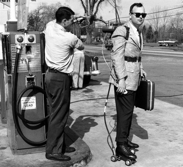 Giày trượt patin có động cơ, bạn nghĩ sao? Chúng trở nên rất phổ biến vào khoảng năm 1956. Có thể đạt tốc độ tối đa 65km/h, bon bon trên đường nhưng phát minh này lại chưa tìm được cách nào giúp người đi phanh lại an toàn.
