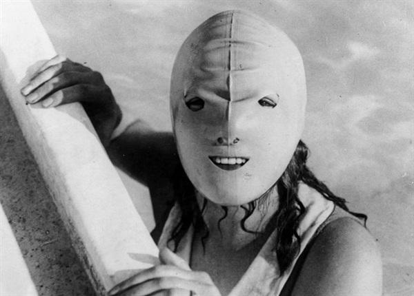Đây là mặt nạ chống nắng khi đi bơi ở xã hội phương Tây xưa. Ngày xưa họ không chuộng da rám nắng khỏe khoắn như bây giờ.