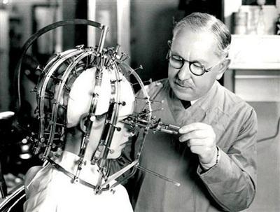 'Máy đo nhan sắc' được sử dụng nhiều bởi các chuyên gia trang điểm những năm 1930. Dụng cụ toàn sắt trông rất đáng sợ này sẽ giúp họ xác định được khuôn mặt của khách hàng cần trang điểm như thế nào cho xinh đẹp. Chúng có kết cấu cực phức tạp, tích hợp 325 điều chỉnh khác nhau để cho ra phép đo chính xác nhất. Quả là vi diệu!