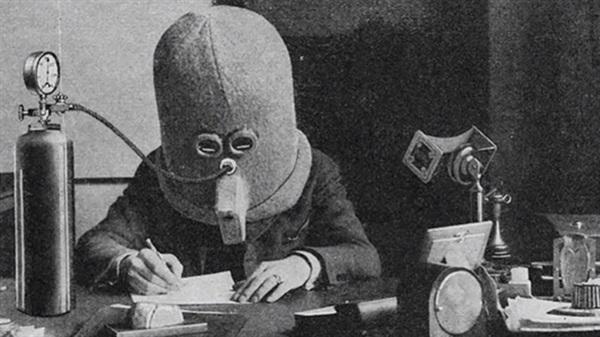 Có phải nhìn ảnh, bạn nghĩ ngay đây là đồ NASA dùng cho con người bay vào không gian? Sai rồi nhé, chúng là mũ 'tập trung'. Mũ này được phát minh năm 1925 bởi ông Hugo Gernsback. Nó được gắn với bình oxy, hoàn toàn cách âm, chặn luôn tầm nhìn của bạn. Kết quả là chúng sẽ giúp bạn tập trung hoàn toàn vào công việc. Đó là ý tưởng của ông Hugo, còn có hiệu quả thật không thì lại còn phải tùy vào... người dùng.