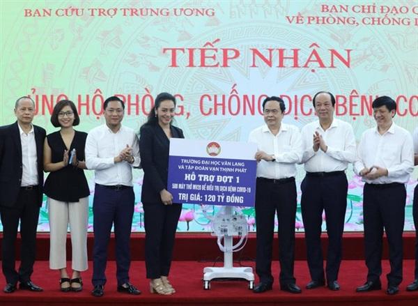 Mặt trận Tổ Quốc Việt Nam tiếp nhận 500 máy thở từ các nhà tài trợ - Ảnh: N.Thắng