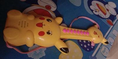 Cũng là guitar, nhưng cây đàn Pikachu chạy bằng pin này là món quà khiến nữ sinh Bến Tre 'khóc thét'