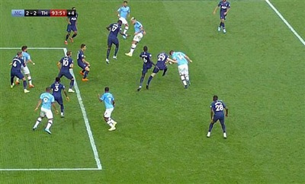 Laporte (14) để bóng chạm tay trước khi Jesus (9) ghi bàn cho Man City