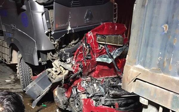 Chiếc xe bị bẹp rúm do bị kẹp giữa hai xe container