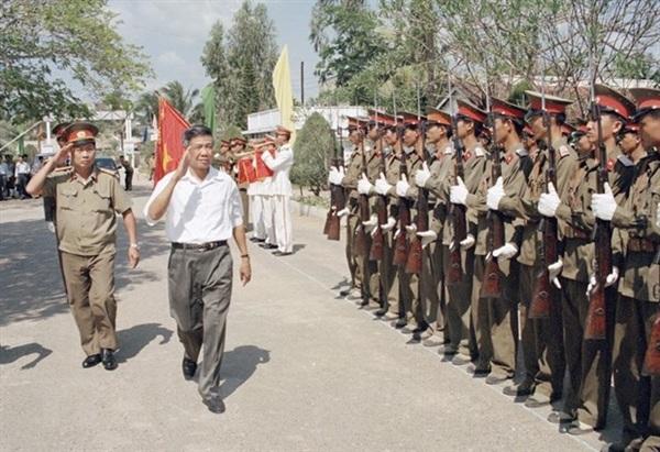 Tổng Bí thư Lê Khả Phiêu thăm Sư đoàn không quân 370, ngày 19/2/1998, tại Cần Thơ. (Ảnh: Cao Phong/TTXVN)