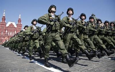 Binh sĩ Nga duyệt binh trên Quảng trường Đỏ, Moscow