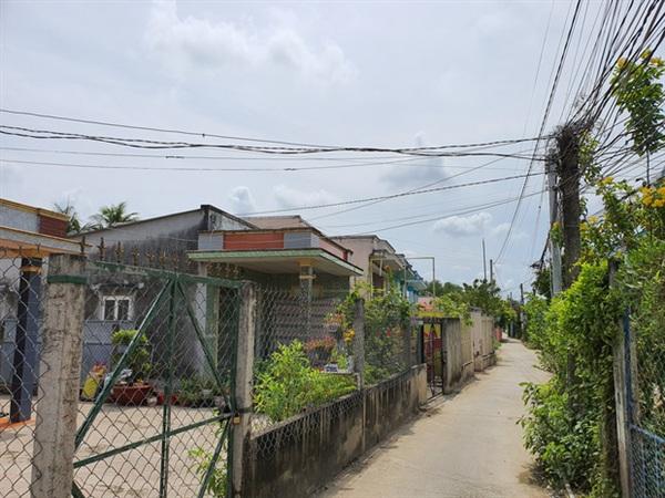Đoạn đường hẻm dẫn vào nhà cụ Đ. ở xã Long Hòa, huyện Cần Đước