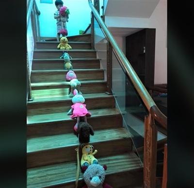 'Bệnh nhân' của 1 bác sĩ nhí khác xếp hàng dài kín 3 tầng cầu thang.