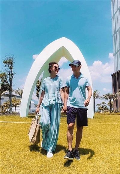 Lý Hải- Minh Hà hâm nóng tình cảm vợ chồng với chuyến du lịch riêng. Cả 2quan niệmhạnh phúc là thứ không thấy được bằng mắt thường nhưng có thể cảm nhận bằng con tim.