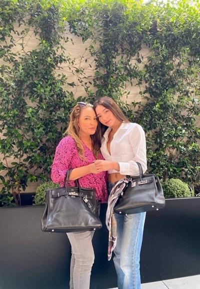 Danh ca Thanh Hà đăng ảnh chụp cùng con gái Isabella Quỳnh Tiên nhân dịp cô nàng đón tuổi 21.