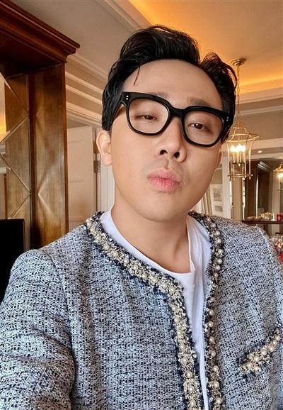 Trấn Thành gây chú ý khi đeo kính, diên áo đính kết hạt cầu kỳ. Cư dân mạng trêu chọc nam MC đang diện nhầm đồ của bà xã Hari Won.