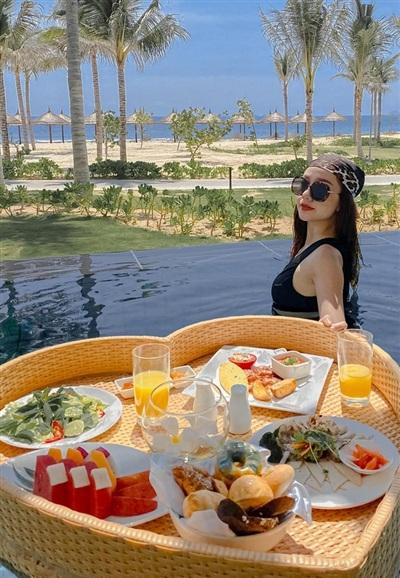 Băng Di có buổi nghỉ dưỡng tại một resort ven biển. Cô vừa ngâm mình trong bể bơi, vừa thưởng thức bữa ăn sáng sang chảnh.