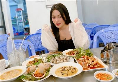 Sĩ Thanh hào hứng khi ngồi trước bàn ăn gồm các món hải sản cô ưa thích.