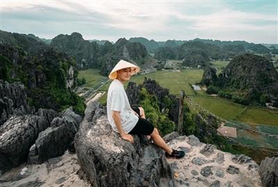 Quang Vinh có chuyến khám phá thiên nhiên tại tỉnh Ninh Bình. Nam ca sĩ thời gian qua xây dựng hình ảnh một vlogger du lịch trên mạng xã hội.