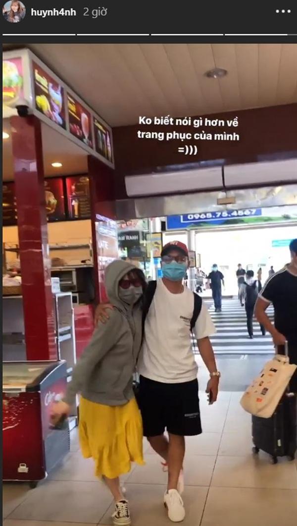 Quang Hải và Huỳnh Anh mừng rỡ gặp lại nhau tại sân bay.