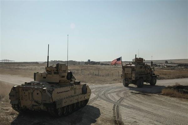 Xe bọc thép M2A2 Bradley mới được Mỹ không vận tới đông bắc Syria đã bắt đầu tiến hành các cuộc tuần tra cùng xe bọc thép chống mìn (MRAP).