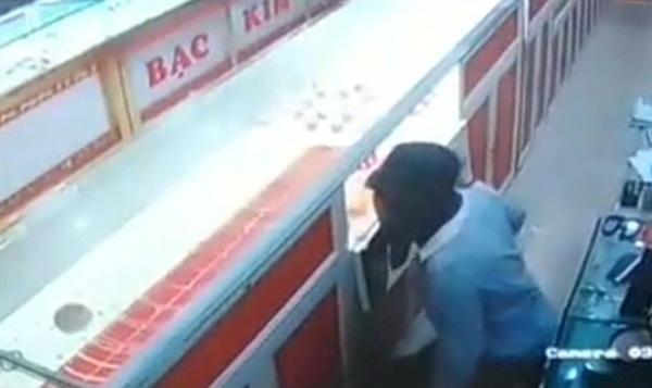 Hình ảnh nam sinh lúc đột nhập tiệm vàng Kim Long - Ảnh cắt từ camera an ninh/ VnExpress