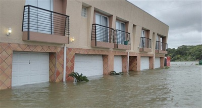 Một chung cư bị lũ bao vây. Ảnh: Twitter