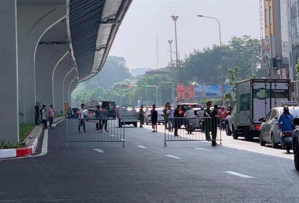 Sáng ngày 25/9 Công an quận Thanh Xuân (TP Hà Nội) đã dẫn giải 4 thanh niên liên quan đến vụ việc tiến hành dựng lại hiện trường.