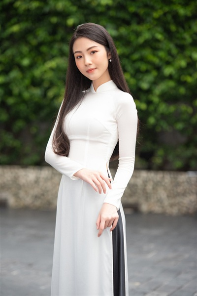 Nếu như trong ảnh dự thi, Lâm Hà Thủy Tiên được khen ngợi vì vẻ ngoài thuần khiết và trong sáng nhưng có phần đơ cứng thì ngoài đời, cô nàng lại trông thần thái và thanh thoát hơn hẳn
